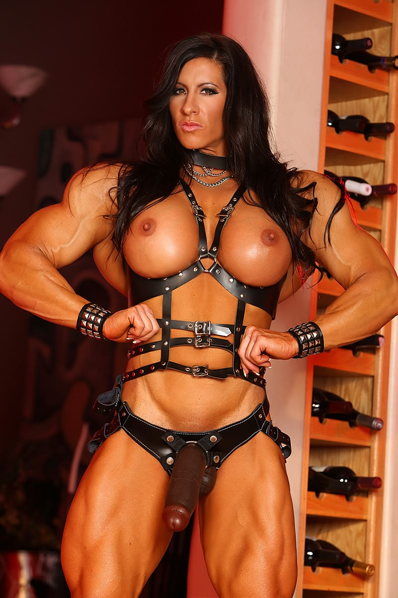 Muscle woman strapon